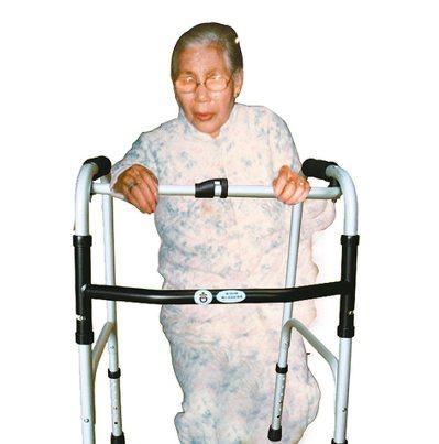 手術後,前幾個月,老媽尚能勉強撐著助行器,嘗試走路,但好景不常,爾後體力急遽衰退...