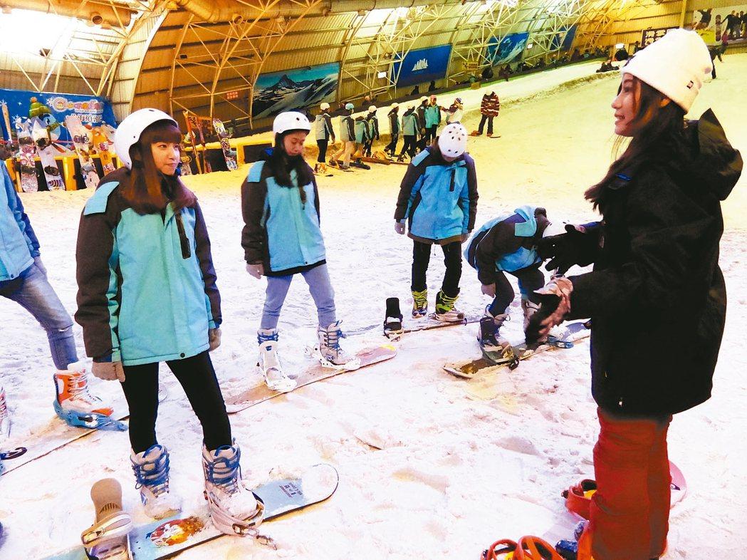 明新科大學生接受培訓,將至日本滑雪場訓練及輔導考取滑雪指導員。 記者郭宣彣/攝影
