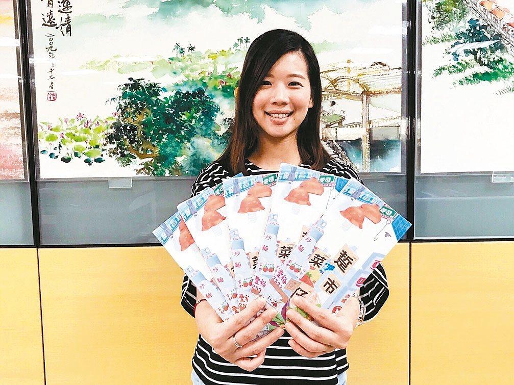 台南市觀光旅遊局推出「踅菜市仔」摺頁,彙整台南36處市場的歷史介紹及美食。 記者...