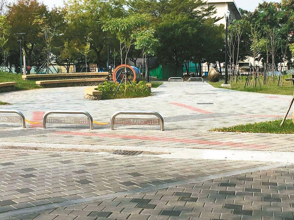 嘉義市33歲蔣姓女子上月初在嘉市KANO園區行走時,遭擋車的不鏽鋼路阻絆倒受傷,...