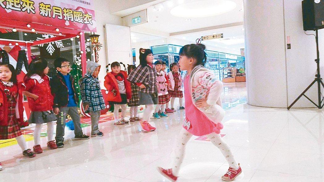 新月教育基金會結合龍億服裝公司,捐贈童裝2700套給弱勢家戶孩童,昨天由市立幼兒...