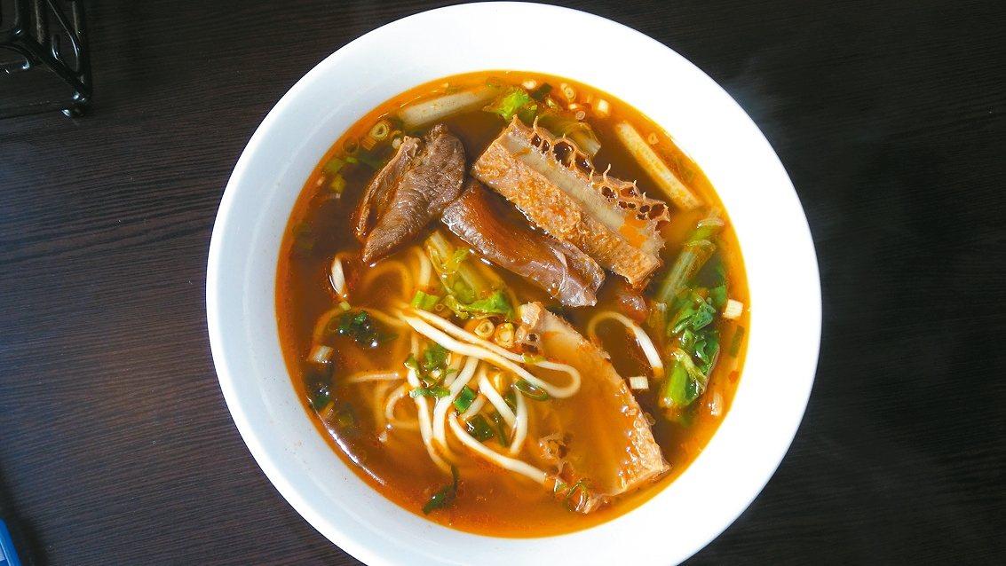 彰化市大寶小寶水餃店受好評的三寶牛肉麵和川味牛肉麵,每塊牛肉都有35公克。 記者...