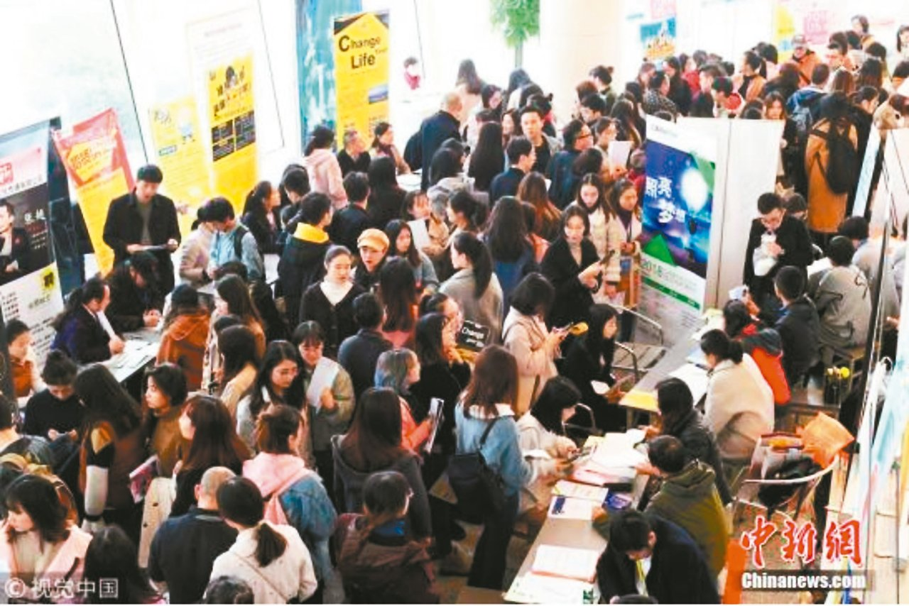 2017應屆上海高校畢業生共17.4萬人,就業率已達96.9%;初次就業的平均月...