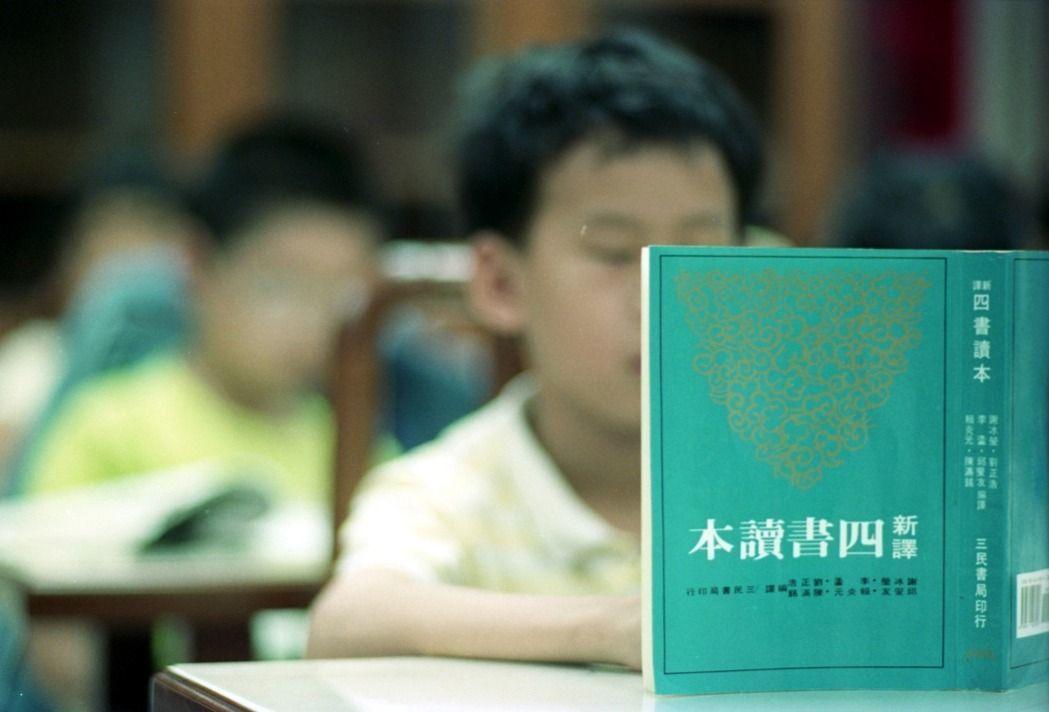 高中國文課綱草案文言文比率降到30%,擬以十篇網路選文取代原來廿篇推薦選文。本報...