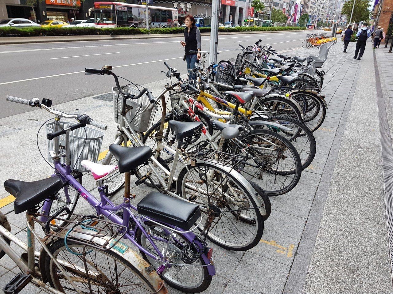 北市每月拖吊違停自行車約500輛,明年元旦起,包含自行車在內的慢車遭拖吊要開始支...