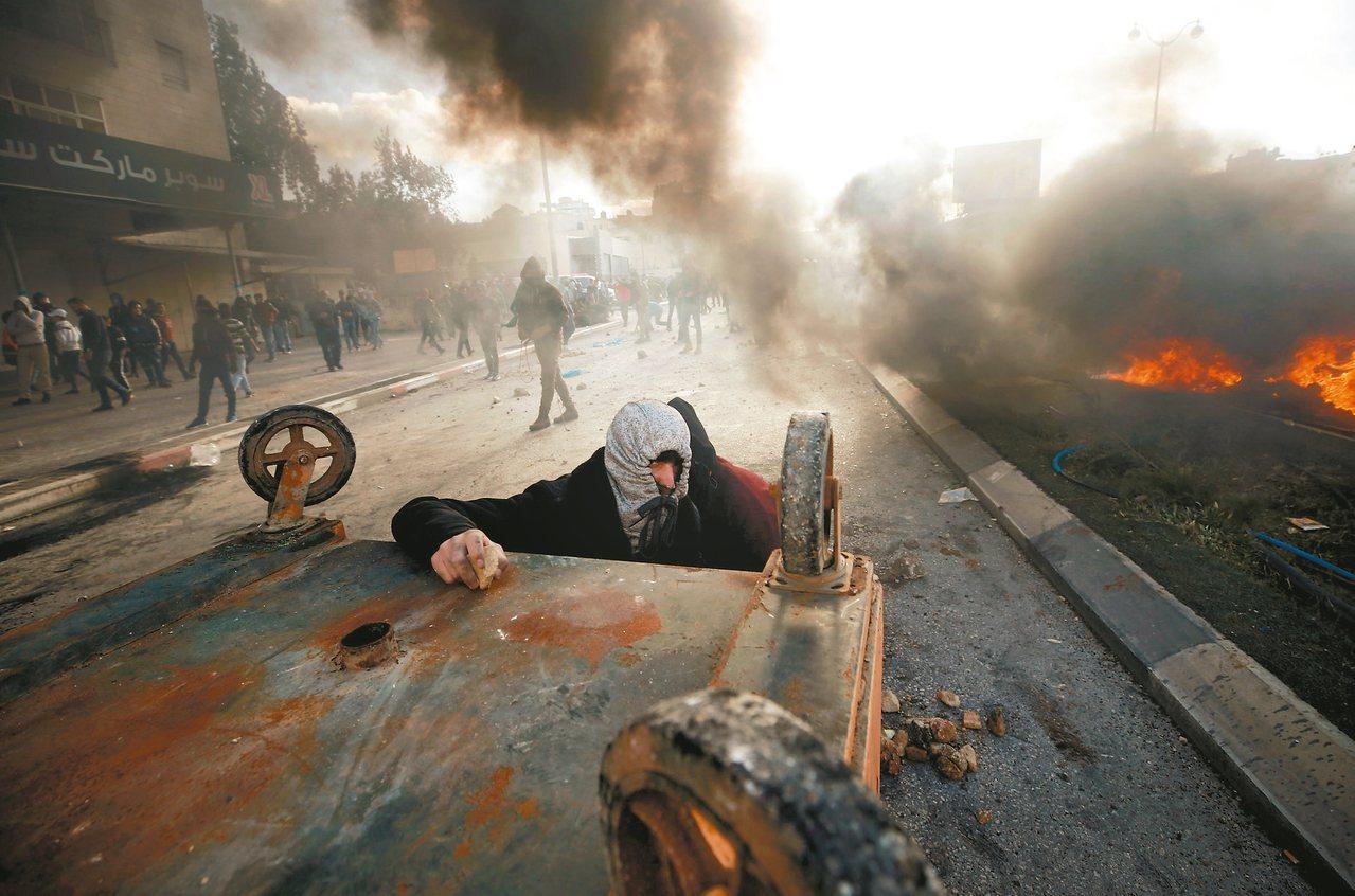 在約旦河西岸拉馬拉市,大批巴人七日上街頭抗議美國總統川普承認耶路撒冷是以色列首都...