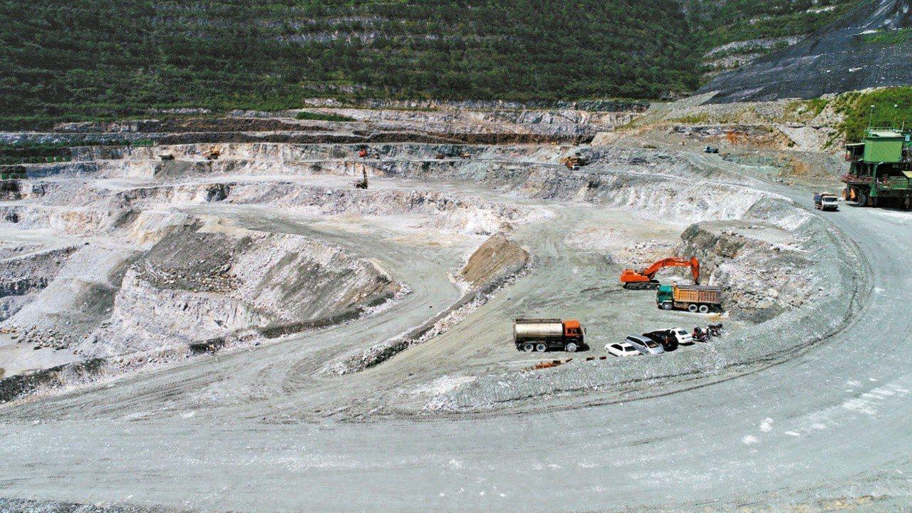 行政院會昨通過修正礦業法草案,包括亞泥花蓮新城山在內的66個礦區,確定必須補辦環...
