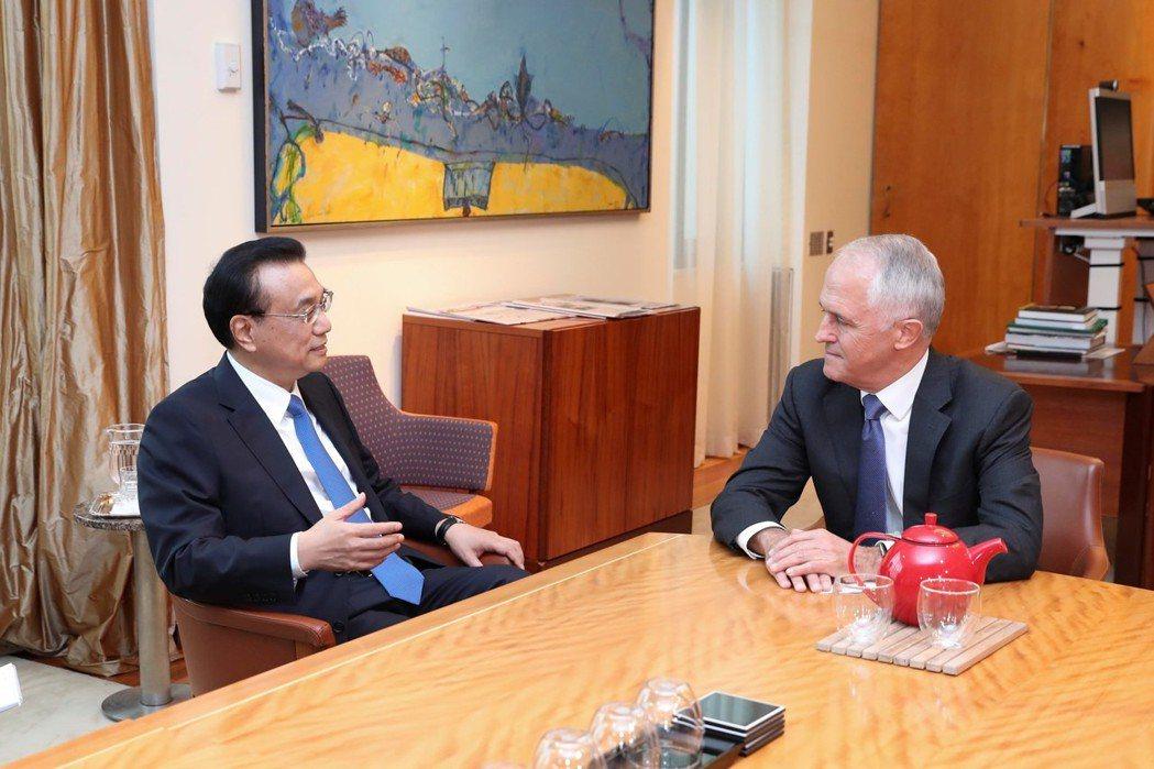 大陸國務院總理李克強(左)今年三月曾訪澳洲,與總理滕博爾(右)舉行雙邊會談。新華...