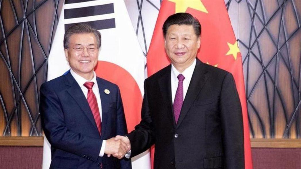 南韓總統文在寅(左)下周將到中國大陸進行國是訪問。圖/取自新華網