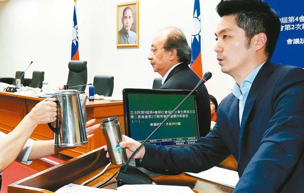 一例一休修法,國民黨立委蔣萬安(右)發言超過2小時,一「站」成名。 本報資料照片