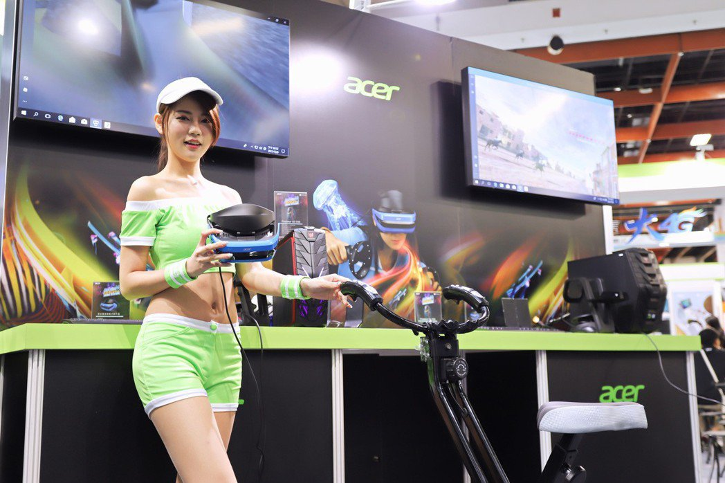 宏碁於資訊月以自家MR眼鏡AH100系列打造越野單車場。 彭子豪/攝影