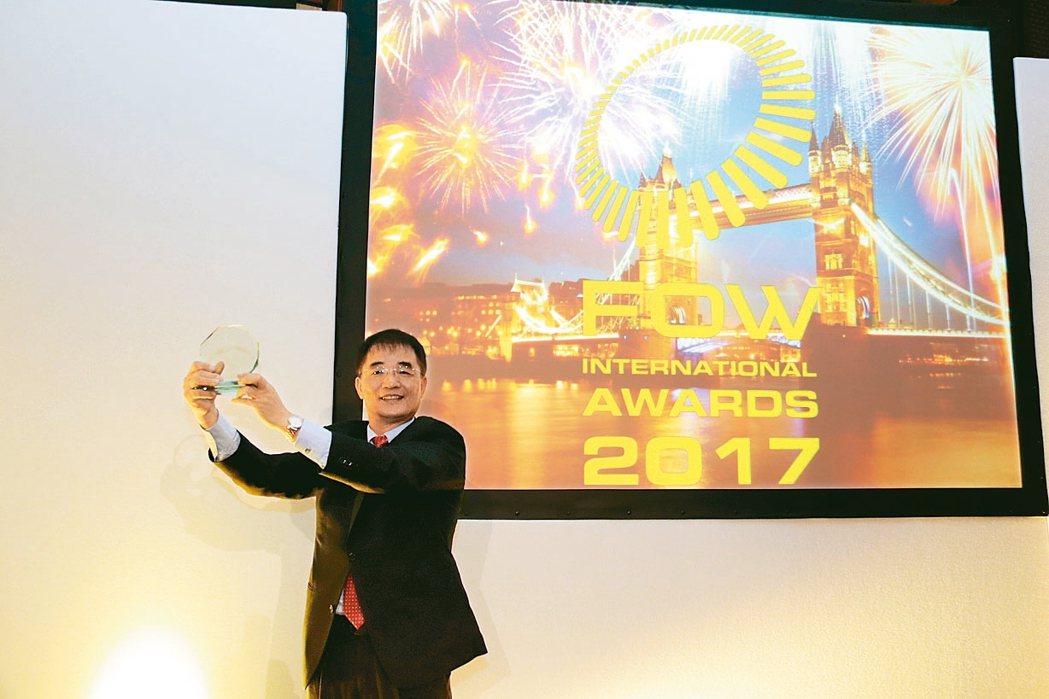 期交所榮獲FOW國際獎項之全球年度交易所。圖為期交所董事長劉連煜攝於倫敦「FOW...