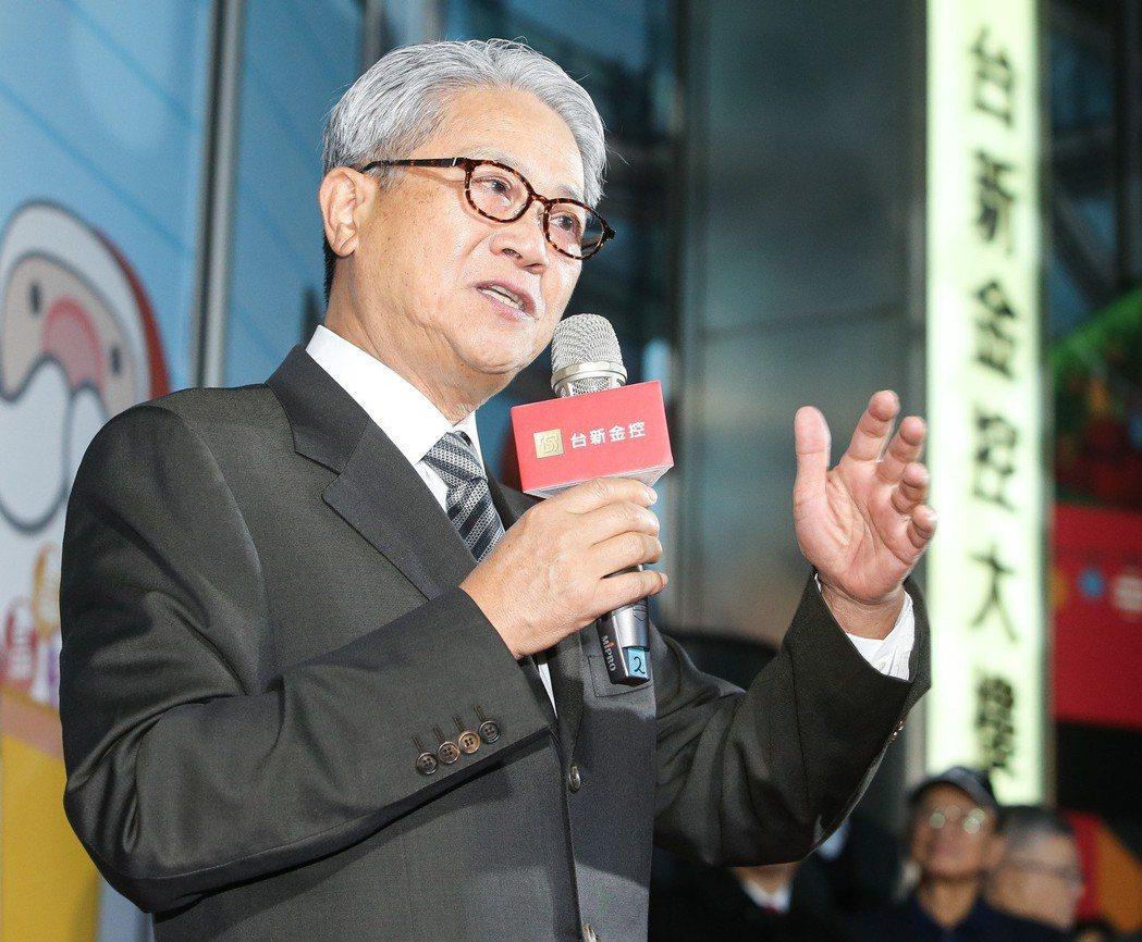 台新金控董事長吳東亮傍晚出席聖誕節點燈活動並上台致詞。記者黃威彬/攝影