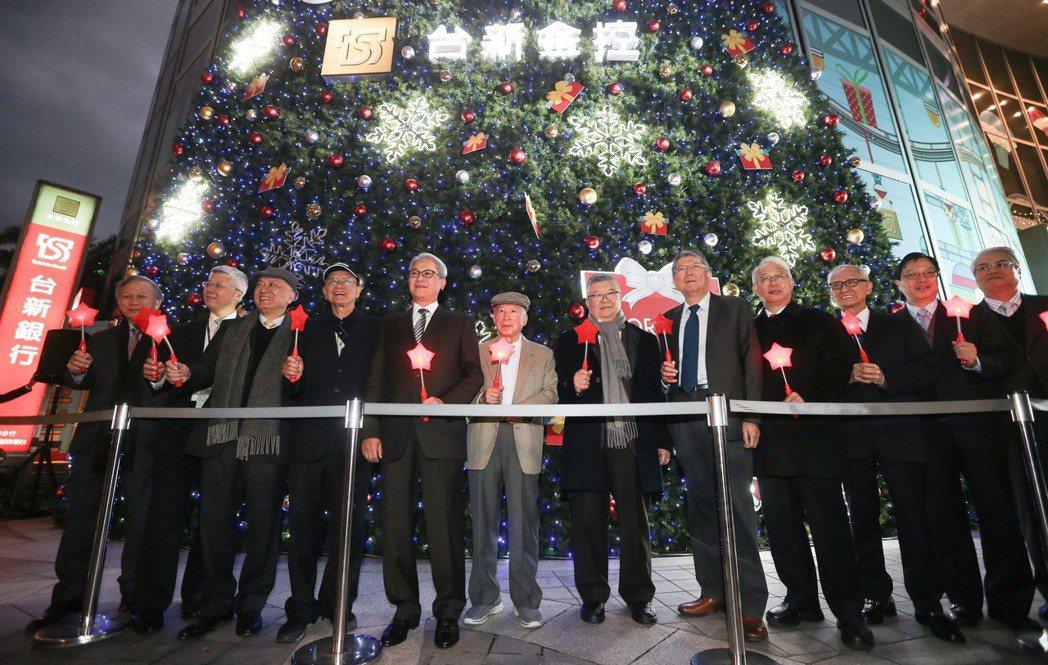 台新金控董事長吳東亮(左五)與公司主管傍晚出席聖誕節點燈活動。記者黃威彬/攝影
