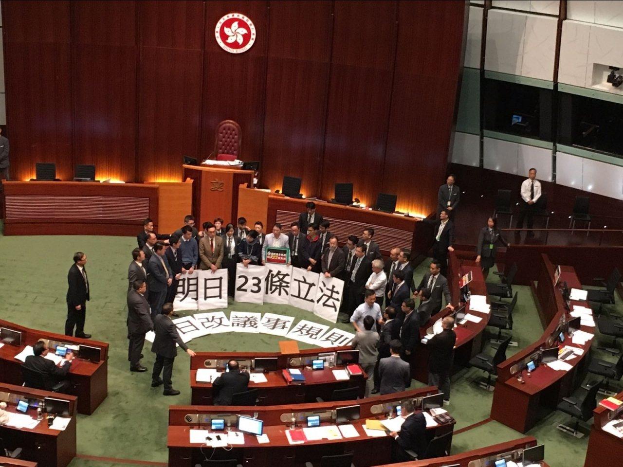 立法會7日開始審議修訂《議事規則》,由於主席梁君彥用合併辯論手法封殺拉布,民主派...