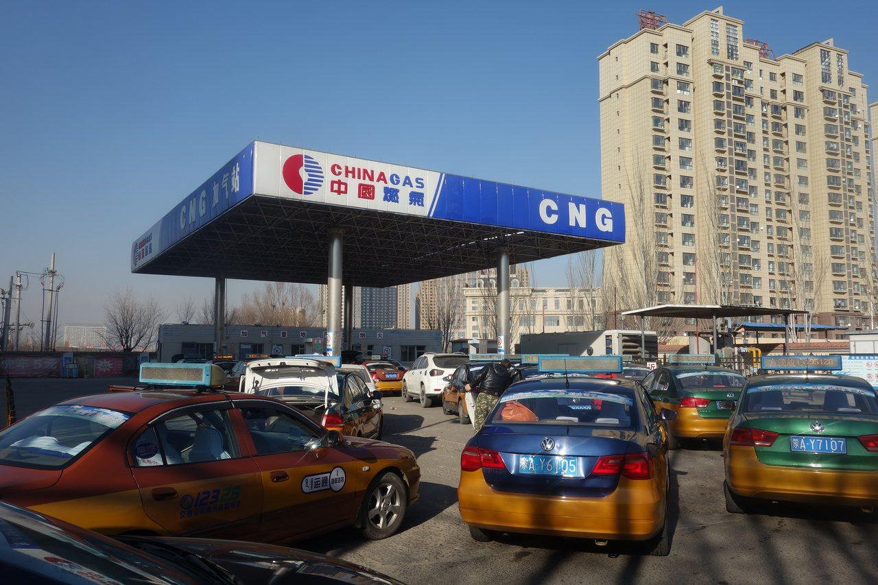 中國官方為治理冬季霧霾空污,今年8月要求京津冀周邊26座城市由燃煤供暖,改為天然...