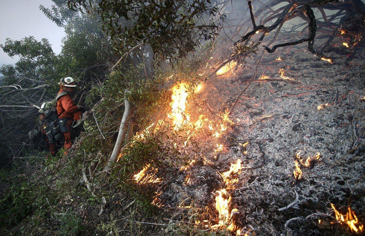 美國南加州深陷六處火海,北加州及西部各州消防員紛紛馳援,守望相助,約1200名國...