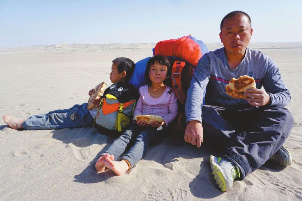 最小背包客6天徒步羅布泊,虎爸:入學前帶娃走完四條進藏國道。 圖擷自中新網