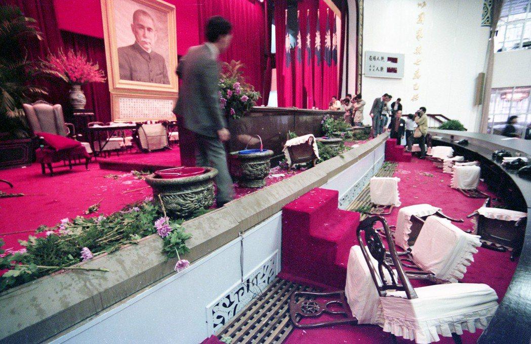 1988年蔣經國總統病逝後,國代多次修憲,屢屢引發爭議。圖為1991年國大臨時會...