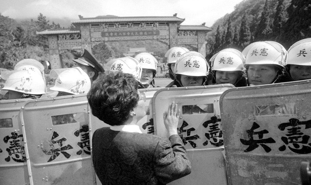 1990年民進黨國代未完成法定宣誓程序,被阻止不能進入陽明山中山樓會場,民進黨女...