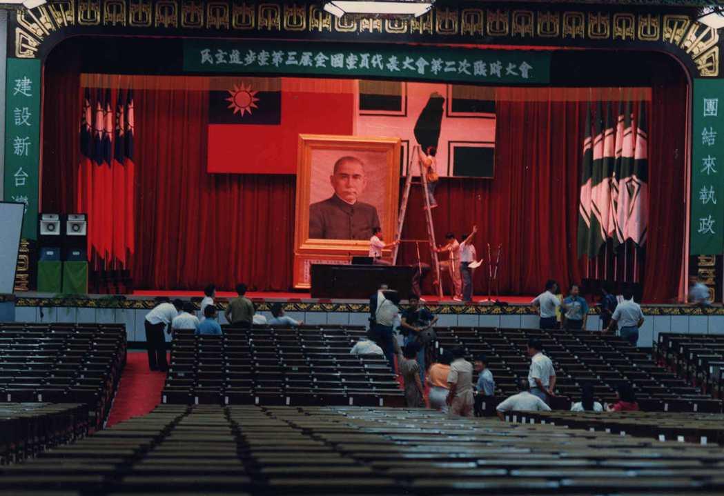 早年只能在仰德大道圍堵資深國代開會的民進黨,1989年也在陽明山中山樓召開第三屆...