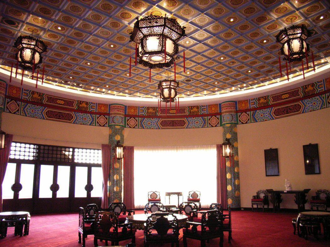 中山樓2004年9月整修完工後,雕樑畫棟的壁飾與宮燈,完全保留原有的風格。 報系...