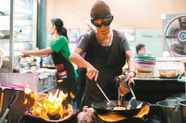有40年歷史的Jay Fai拿下一星,成為罕見摘星的平民餐廳。