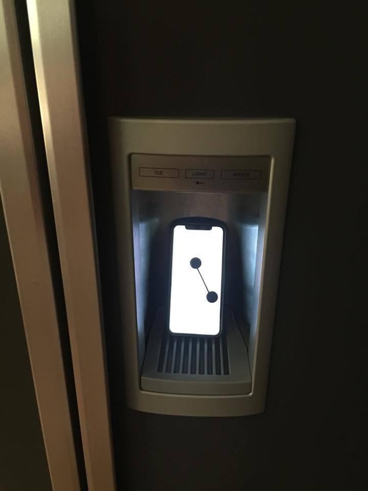 侯佩岑把手機冰到冰箱。 圖/擷自侯佩岑臉書