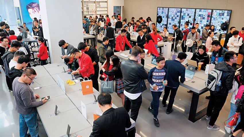 小米旗艦店除了手機,平衡車、掃地機器人都賣,在深圳開幕逾3週,週末日客流量仍高達...