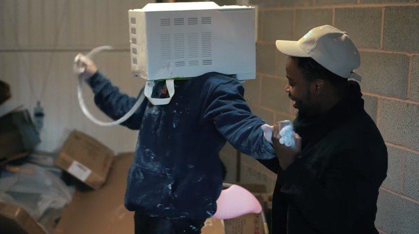 英國男youtuber,異想天開將自己的頭用塑膠袋套住,塞入填滿石灰膏狀的微波盧...