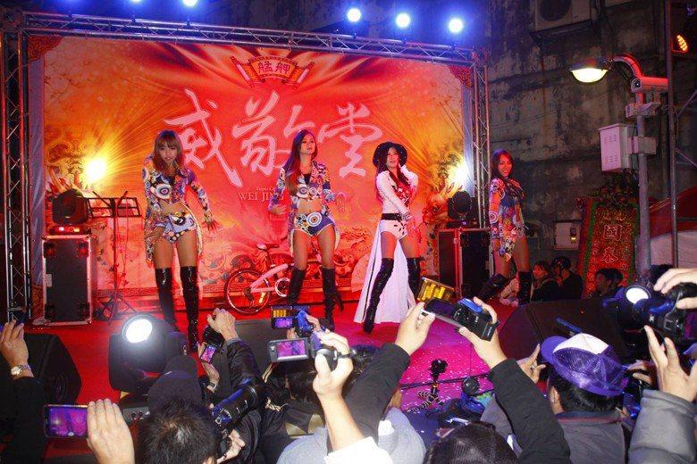 時下流行的辣妹熱舞,容易吸引眾人目光,但全臺各地接受程度不一而足。 圖/聯合報系資料照