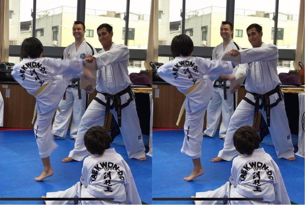 Kimi踢破木板的帥氣背影照。圖/擷自臉書