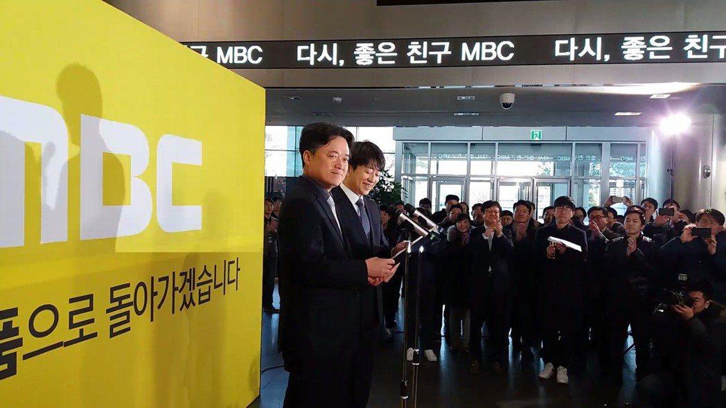 他是崔承浩(左),獨立媒體《打破新聞》的製作人,也是電影《共犯們》的導演與主人公...