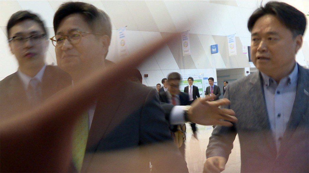 爭議的保守派前任社長金張謙(中)與崔承浩(右)。 圖/《共犯者》官網劇照