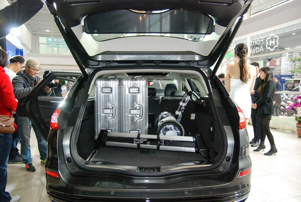 Ford Mondeo Wagon 具有 500L 的出色後箱空間(最大達 1605L),圖為原廠搭配的行李箱管理套件。 記者林鼎智/攝影