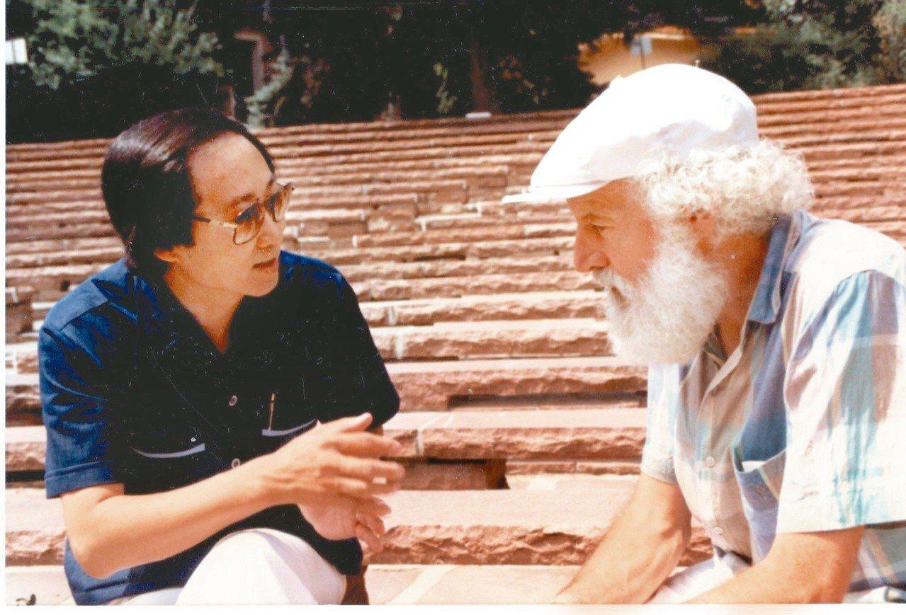 作者(左)與邱區先生在科州莎翁戲劇節的戶外劇場討論角色詮釋。
