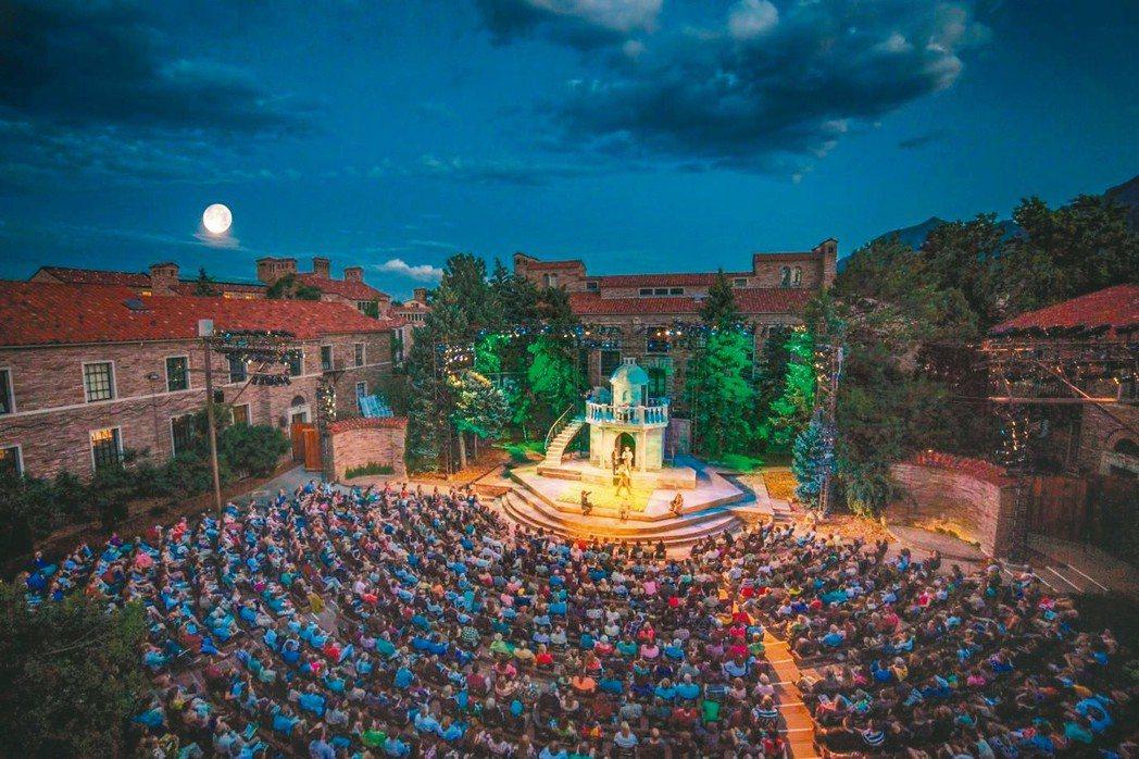 科州莎翁戲劇節戶外演出一景。月光下欣賞高水準的莎劇演出相當浪漫。