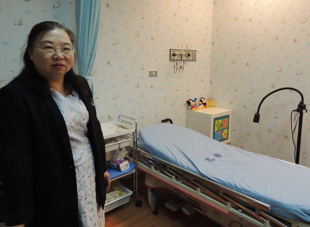 有「尹柯南」之稱的尹莘玲(左),鑑定傷害造成的原因及時間點,提供檢察官偵辦方向,...