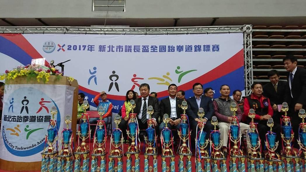 蔡家福會長(前排中)與全國跆協許安進理事長(前排左二)。 全國縣市體育聯合會提供