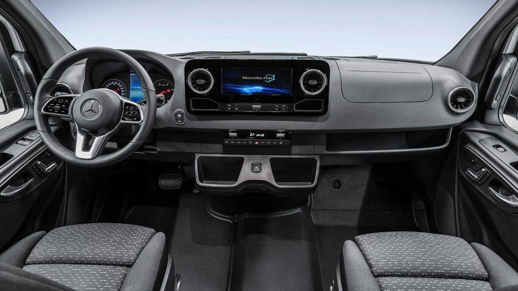內裝融入許多新世代M.Benz設計氛圍,進一步打造科技時尚感。 圖片來源:Mot...