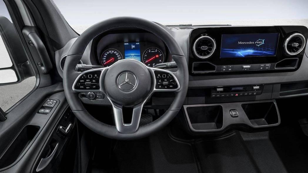 全新三幅式方向盤,加入黑色鏡面烤漆飾板提升質感。 圖片來源:Motor1.com