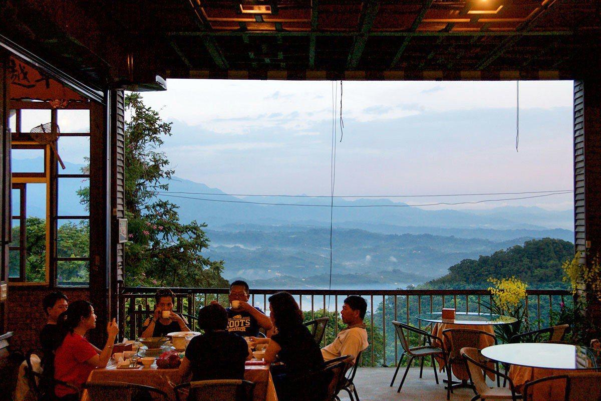 坐在餐廳中品味客家菜,也品味苗栗天空之優美。