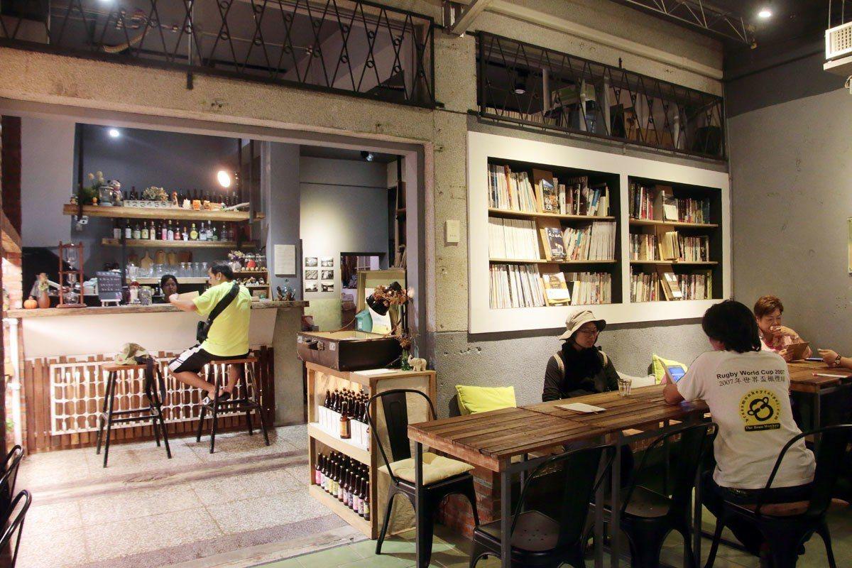 擺放許多書刊和桌椅,「走走池上」和旅人們分享空間。