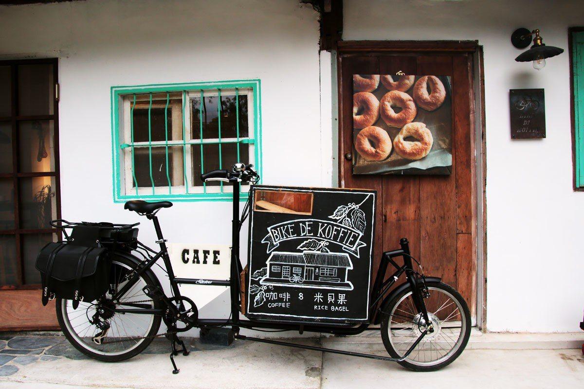 BIKE DE KOFFIE老屋前擺著象徵黑色騎士的行動咖啡車。