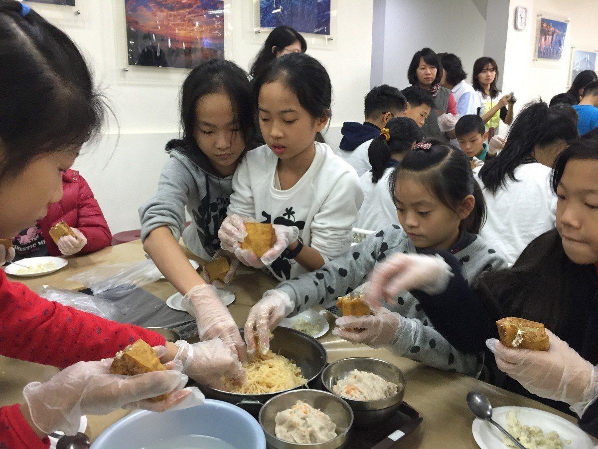 淡水國小學生自己動手作家鄉特色美食「阿給」,對於自己住的家鄉,有更深入的認識。 ...