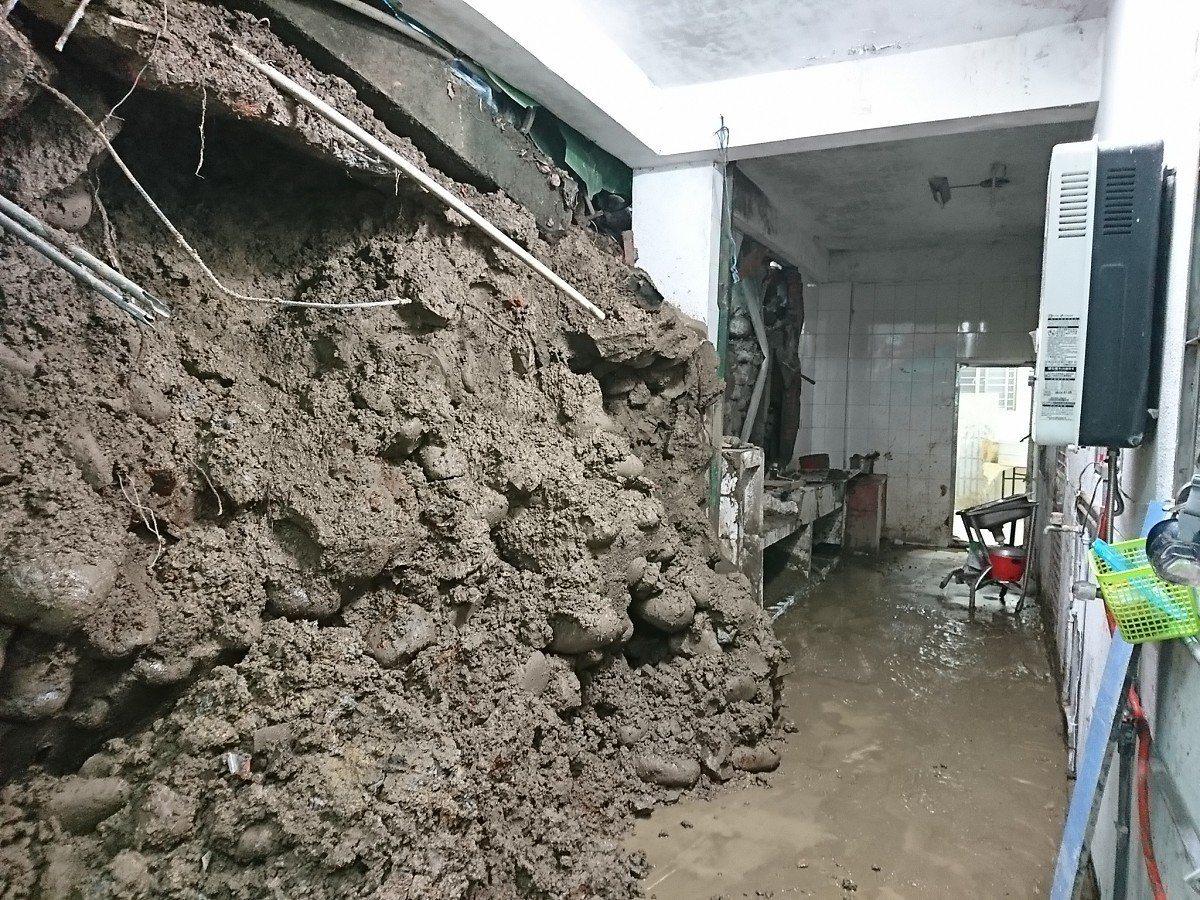 萬里民宅後方山坡地整片崩塌,大量的土石衝進民宅,市議員廖正良會勘,要求儘快搶修。...