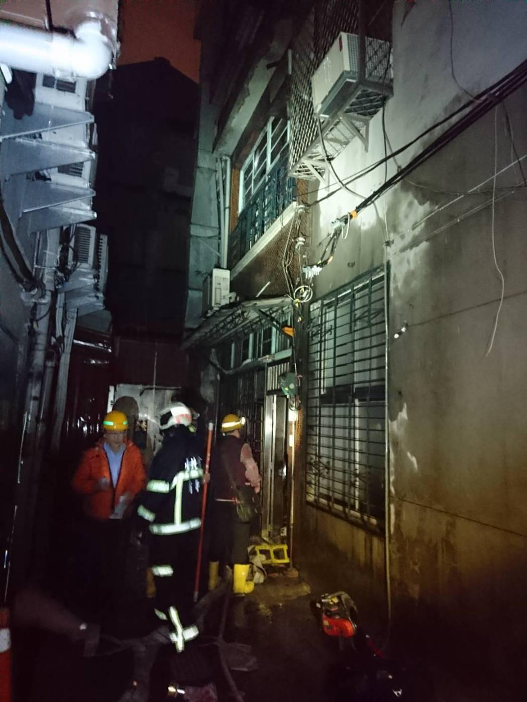萬華漢中街今晚傳出火警,消防人員架梯救出高齡獨居老婦。記者蕭雅娟/翻攝