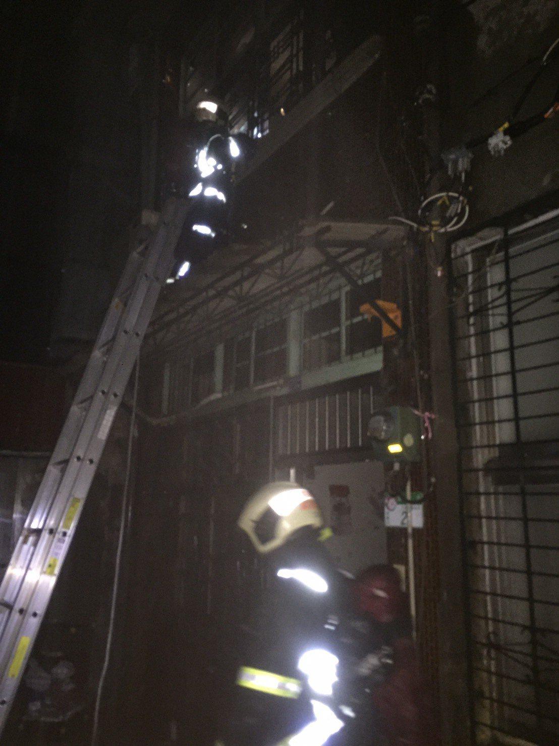 消防人員架梯救出獨居老婦。記者蕭雅娟/翻攝