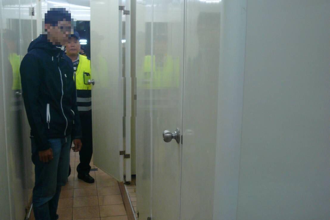台南市崇德路上黃昏市場昨晚傳出有「攝」狼潛入女廁,涉嫌偷拍女子如廁,當場被逮。記...