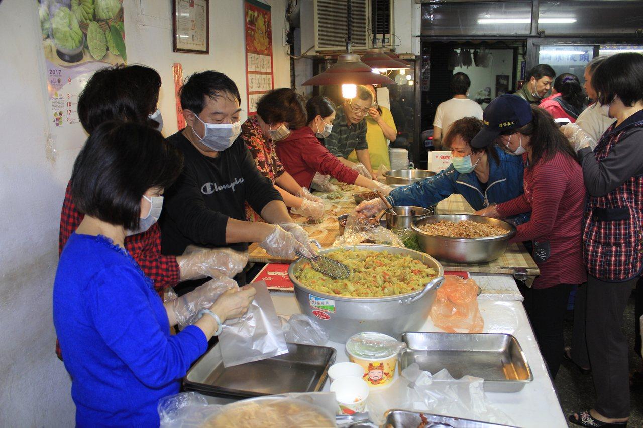 新北永和民治里長蔡俊民(左3黑衣者)將原本的排骨便當店重新改裝,改賣素食,還舉辦...